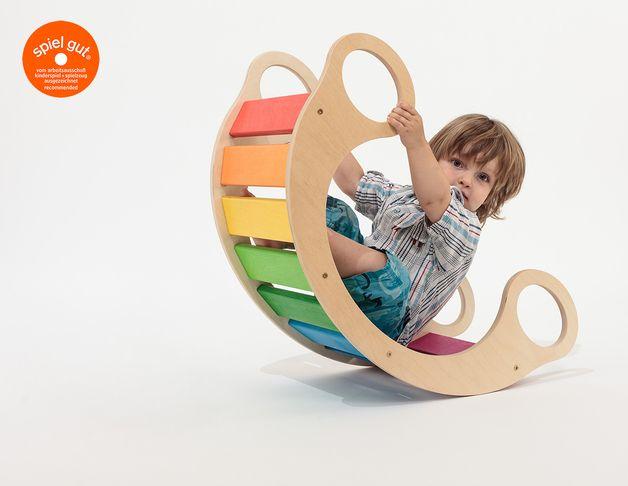 <p> Die Regenbogenwippe ist ein Spielmöbel, das viele unterschiedliche Einsatzmöglichkeiten bietet. Kleine Babys können darin sanft hin und her geschaukelt werden, umgedreht kann sie sich...