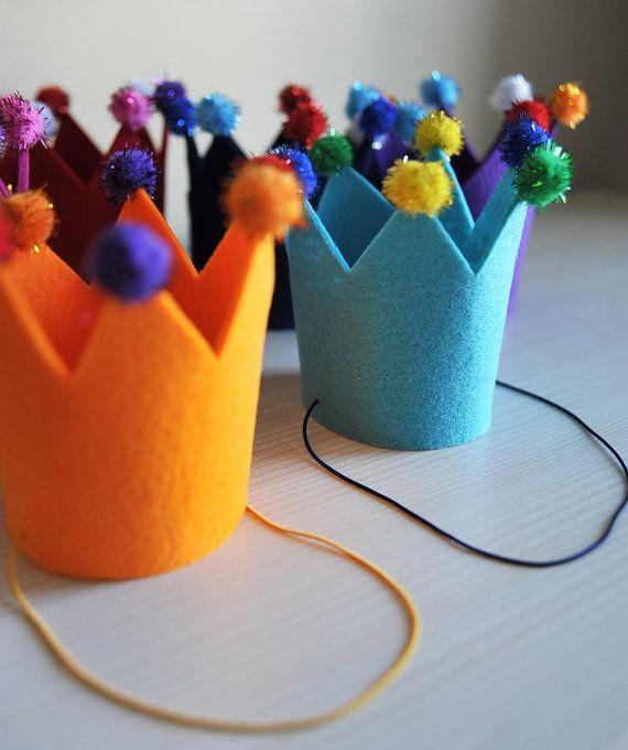 Coronas de fieltro. Corona de cumpleaños. Corona de parte de adultos. Corona de la ducha del bebé. Elige tu color! ¡ Qué divertido! Fieltro de poliéster