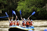 Santander Colombia. El río Fonce fue el primero en Colombia en la práctica del rafting, sus rápidos tienen características especiales. El recorrido durante diez (10) kilómetros, se hace desde el sitio La Arenera (Páramo) hasta el Parque Gallineral del municipio de San Gil acompañado de un atractivo paisaje.
