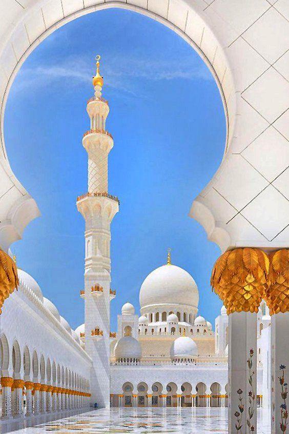 The Sheik Zayed Grand Mosque in courtyard, Abu Dhabi, United Arab Emirates _ A Sheikh Zayed Nagymecset udvarában, Abu Dhabi, Egyesült Arab Emírségek
