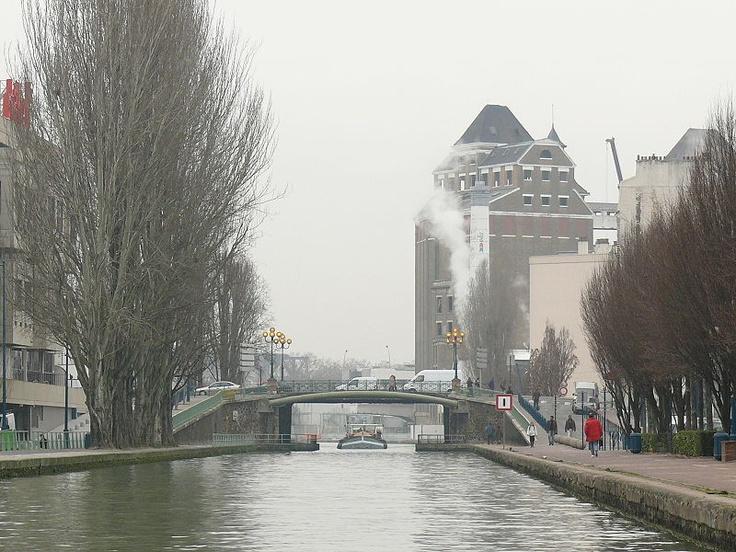 PANTIN  Le canal de l'Ourcq, au pont de la Mairie, avec les Grands Moulins de Pantin    Canal de l'Ourcq au Pont de la Mairie de Pantin.JPG