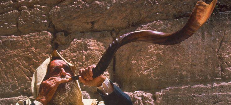 Самым эмоциональным моментом празднования Рош ха-Шана, или как еще его называют «день трубного звука», является обряд стократного трубления в шофар — еврейский ритуальный духовой музыкальный инструмент, сделанный из рога животного.