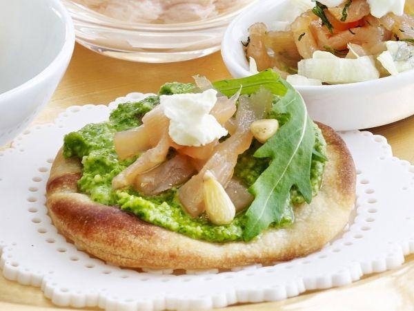 Minipizza met zalm en pesto