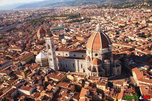 Собор Санта-Мария-дель-Фьоре расположен в центре Флоренции и является символом города