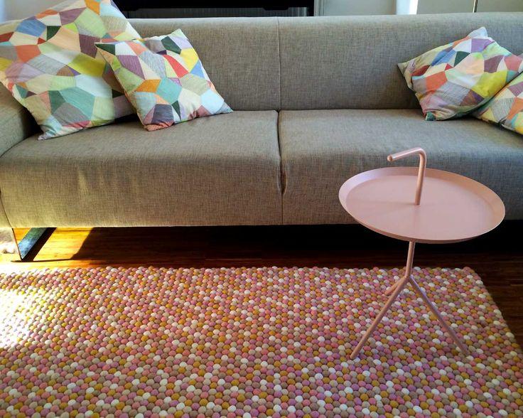 Tapis de boules personnalisable Sukhi. Comment crée t-on un tapis en 5 étapes? Plutôt facile! 1- On choisit la forme 2-On choisit la ou les couleurs 3- On choisit le motif 4- On choisit les dimensions 5- On pré-visualise et on valide! Plutôt facile :)