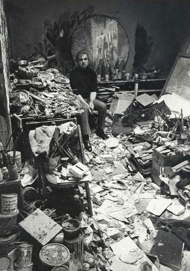 """Francis Bacon: """"Me siento a gusto con este desorden porque me sugiere imágenes, me gusta vivir en medio del caos. Los lugares donde vivo y trabajo son como una autobiografía. Me gusta conservar las huellas que he dejado o que ha dejado otra gente. Por ejemplo, la puerta que alguien rompió en un ataque de ira: la he dejado tal cual porque me gusta así, y lo mismo ocurre con el espejo roto, los papeles desperdigados por el suelo, los libros, periódicos y revistas, las fotos de desnudos..."""""""
