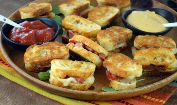 Mini-sandwichs grillés au fromage avec saucissons et piment
