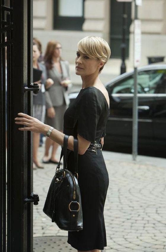 Robin Wright con cartera de Yves Saint Laurent. Me gusta el vestido, la cartera y ese corte de pelo.