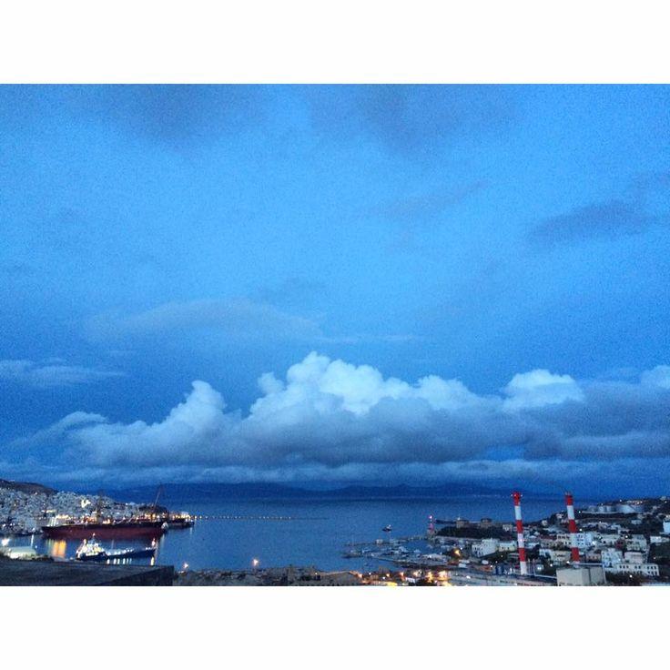 Με  θέα το λιμάνι της Ερμούπολης
