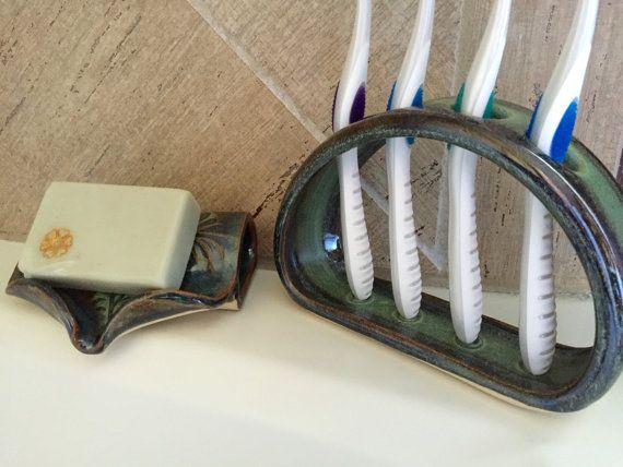 Main levée porte brosse à dents en céramique  Porte brosse à dents a été tourné à la main et ensuite modifié pour accueillir jusquà 4 brosses à dents. La conception ouverte permet un nettoyage facile (lave-vaisselle) et les trous sont suffisamment grands pour accueillir la plupart des brosses à dents manuelles. Cette conception étroite est idéale pour les comptoirs peu profondes.  Dimensions : Environ 6 long X 4,5 haut X 1.75 trous profonds, env. 1 de diamètre  Titulaire émaillé en vert…