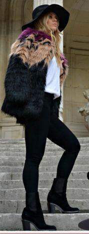 Opç: Calça legging preta e cinza + suéter cinza + colete pelo preto