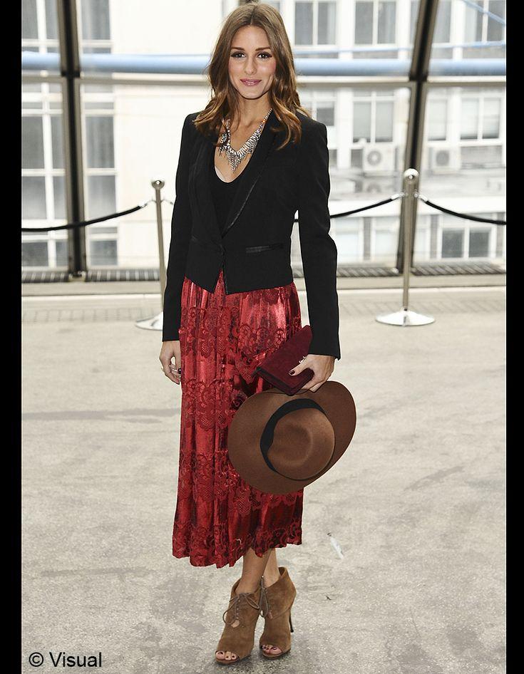 Avec une jupe en velours rouge sombre et une capeline - Olivia Palermo, profession it-girl - Elle