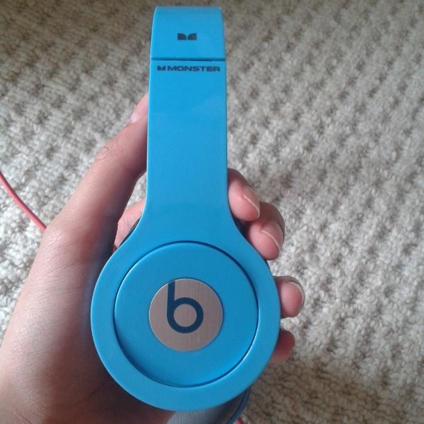 brunette_banana #thatsmycolour #beats #headphones #amazing #cool #blue - via Instagram