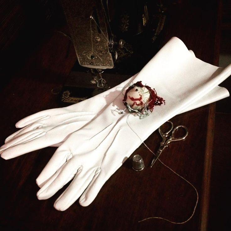 Handsewn white leather custom gloves. 100% customizable.  Contact me for a personalised quote. - Guantes de piel blanca a medida cosidos a mano. 100% personalizables. Contacta conmigo y te haré un presupuesto personalizado.