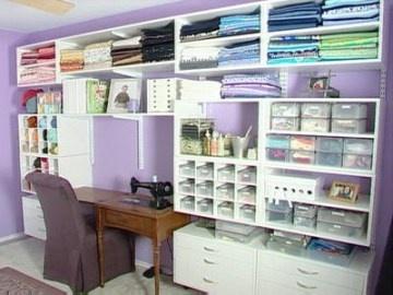 Craft room / sewing room : ranger ses tissus dans des étagères murales installées au dessus du plan de travail