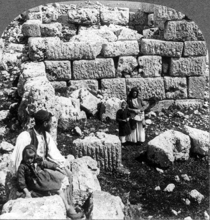 Πλαταιές, 1926, οικογενειακή στιγμή στα αρχαία ερείπια.  Δημοσίευση Θεόδωρου Μεταλληνού