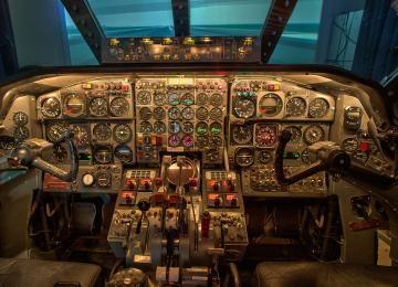 Einer der exklusivsten Flugsimulatoren Deutschlands: der derzeit einzige buchbare Caravelle-Simulator der Welt! Er ist in einem original Caravelle-Cockpit eingebaut und befindet sich in Nordrhein-Westfalen.
