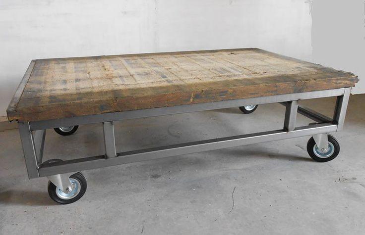 Salontafel van steenschot met stalen onderstel en wielen.