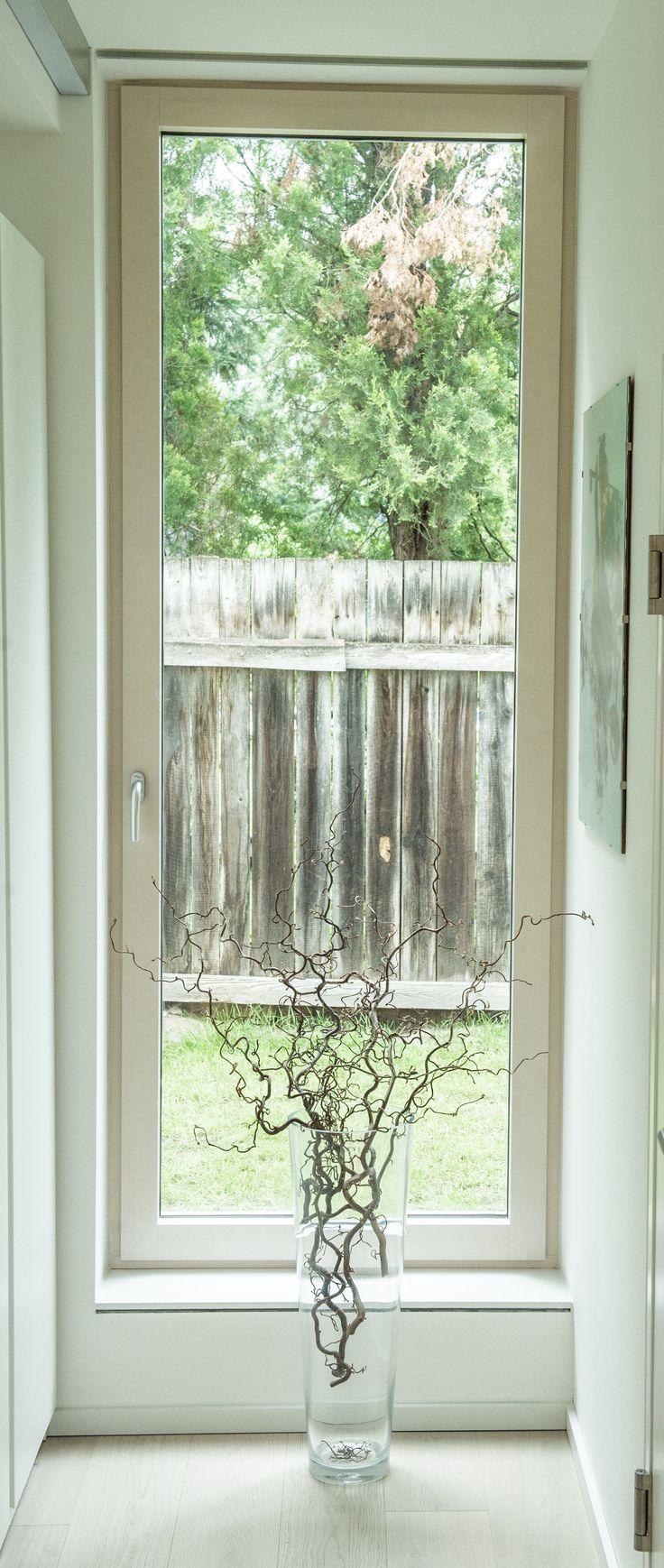 Lichtdurchflutete Flure  Licht ist eines der wesentlichen Elemente in einem Haus. In diesem Fall ist das schlichte Fenster perfekt in das helle Ambiente des Hauses eingebunden worden um möglichst viel Licht zuzulassen. Das elegante Design des Fensters unterstreicht den Stil der gesamten Einrichtung.