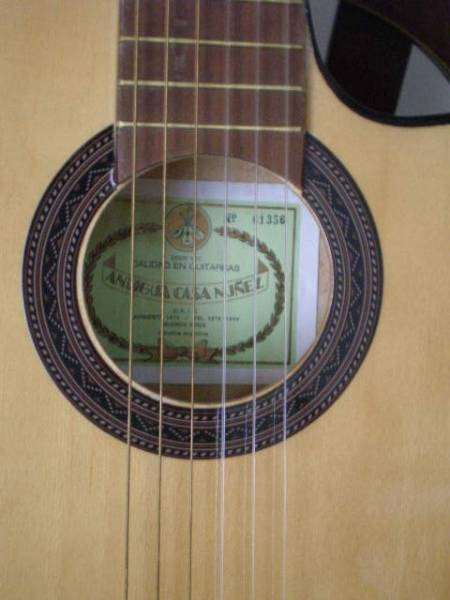Guitarra Cada Nuñez http://instrumentos-musicales.vivavisos.com.ar/articulos-musicales+boedo/guitarra-antigua-casa-nunez-con-corte/46258344