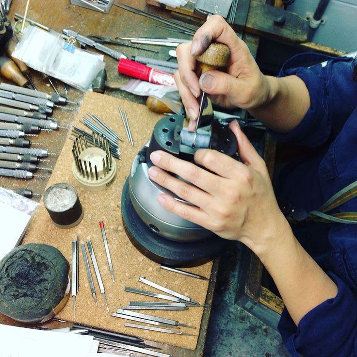こんにちは天久加工所です 皆さま連休明けいかがお過ごしでしょうか 皆さまの指で輝いてるダイヤ実は職人がひとつひとつ手作業で入れてるんです ひとつひとつ心を込めてキラキラ輝く素敵なリングをお客様にお届けできるよう今日も職人はダイヤを入れています #天久加工所#ダイヤモンド#手作業#キラキラ#ring#cute