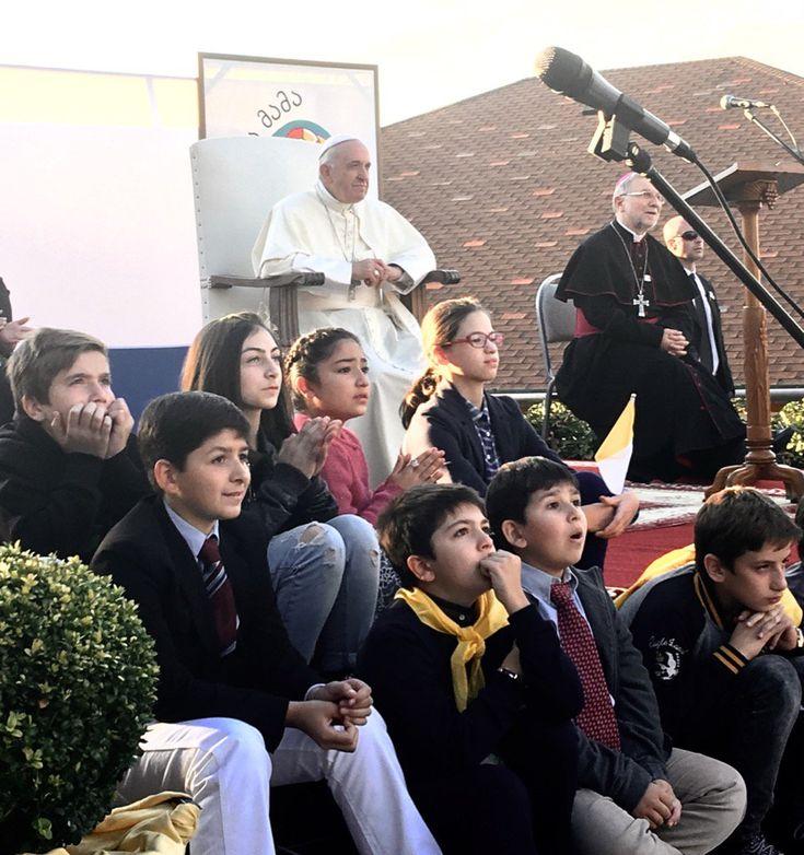 "Antonio Spadaro na Twitterze: ""Il Papa assiste allo spettacolo dei ragazzi #PapaInGeorgia https://t.co/K9RZafqAQg"""