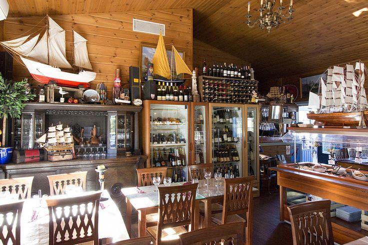 På Kroken, Inside the restaurant #visitsouthcoastfinland #hanko #Finland #påkroken #food #restaurant #table #drink