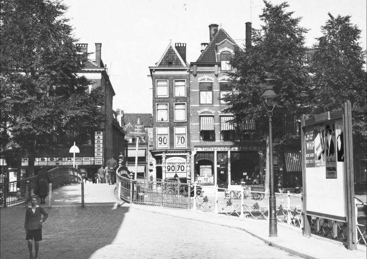 Gezicht op de voormalige Karnemelksbrug in de richting van de Hartensteeg (ca. 1931).