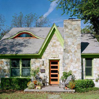 Detalles a color en fachada de casa estilo rústico