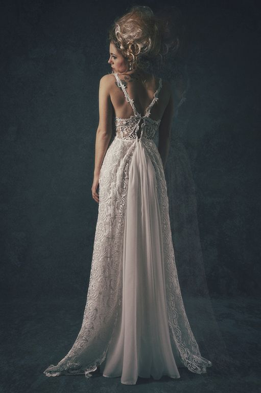 Behind of a wedding dress in laces and silk by Anahid Sinsek Couture, Paris.