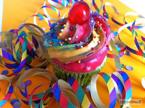 #Cupcake di #Carnevale, alla #ricotta ricoperti di #cioccolato colorato