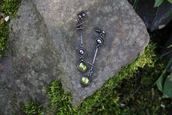Zwarte parel en zircons oorbellen. Hand gemaakt koperen oorbellen. Tin oorbellen. Asymm