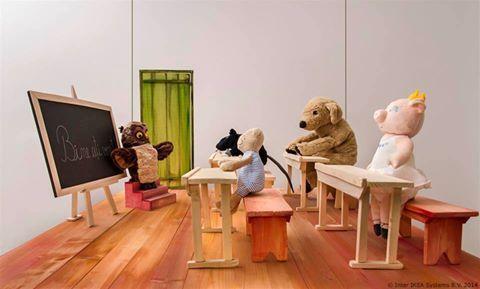 """2005 – IKEA kupci pomažu deci kojoj je pomoć potrebna IKEA pokreće kampanju """"Plišane igračke za obrazovanje"""" koja se održava svake godine."""
