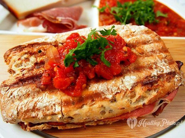 toast with a delicious tomato sauce / tostadas con una deliciosa salsa de tomate