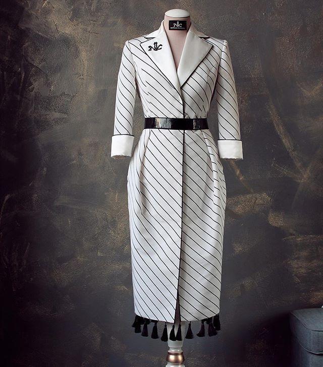 Шикарное платье из натурального шёлка-тафты Воротник и манжеты выполнены из молочного шёлка,  по лацкану пущен контрастный чёрный кант ручной работы. Вышивка логотипа стеклярусом и чёрным жемчугом. По низу платья идут кисти, пришиты вручную. Лакированный пояс дополняет образ, в боковых швах юбки есть карманы. Платье на подкладке  Платье в наличии 44 размера. По всем вопросам пишите в вотсап или Директ 89216483511 ✂️Возможно исполнение по индивидуальным меркам, а также в других тканях. (...
