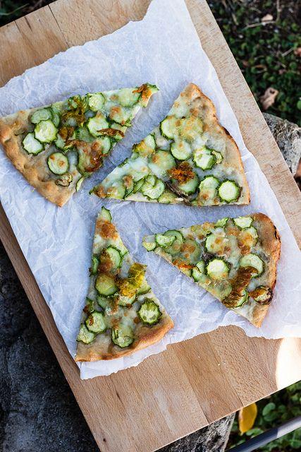 Pizza bianca con zucchine e mozzarella di bufala - INGREDIENTI per la pasta della pizza (ne vengono circa 5) 1 kg di farina biologica rimacinata di grano etrusco, macinata a pietra 500 ml di acqua tiepida + altri 300 ml circa 1 pizzicotto di sale marino integrale 7 g di lievito di birra fresco 2 cucchiai di olio extravergine di oliva toscano Ingredienti per condire 2 pizze 4 zucchine chiare con fiore Acciughe sottolio 300 g di mozzarella di bufala Erba cipollina Olio extravergine di oliva…