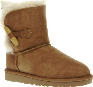 UGG australia Tan Ebony Girls Junior Kit out little feet with the cosiest of boots this season. Arriving for kids, the UGG Ebony features a twinface suede upper in tan, joined with a wooden toggle closure providing easy on/off wear. UGGp http://www.comparestoreprices.co.uk/january-2017-8/ugg-australia-tan-ebony-girls-junior.asp