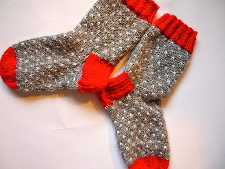 Ihastelin jälleen kerran Facebookin Voihan villasukka- ryhmässä sukkia, joiden tekijä sanoi niiden olevan Dropsin ohjeen mukaan tehty. Lähdi...