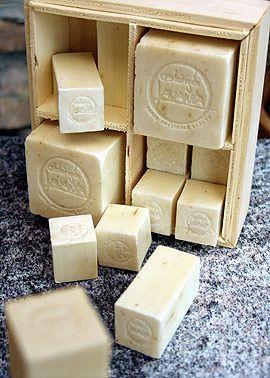 Coanetto lavanda 800. Dalla Turchia 2 cubi, 8 cubetti e 4 parallelepipedi. Tutto a base di puro olio di oliva arricchito di fiori di lavanda.
