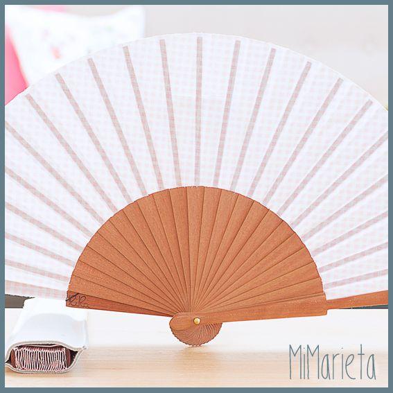 Abanico de cuadritos blancos sobre fondo rosa con funda de piel. Para que te refresques con estilo.  Tamaño: 23 cm