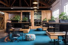 Construido por FIELDWORK Design & Architecture en Portland, United States con fecha 2015. Imagenes por Brian Walker Lee. BeFunky, situado en un área industrial en NE Portland, es un desarrollador de aplicaciones para edición de fotografía...
