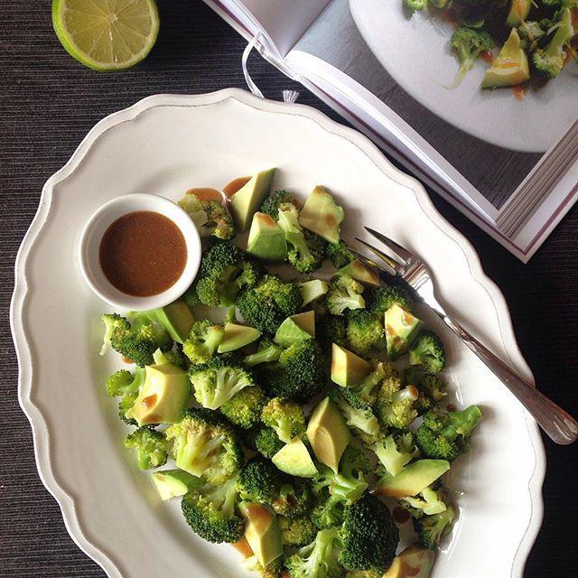 Brokolicový salát s avokádem podle @deliciouslyella opravdu výborný  Pro 2 osoby: 1 brokolice (uvařená v páře 5-6 min) 1 avokádo  Dresink: Šťáva z 1/2 limetky 1 lžíce tahini (sezamová pasta) 1 lžíce tamari sójové omáčky 2 lžíce oliv.oleje 2 lžičky medu Špetka soli