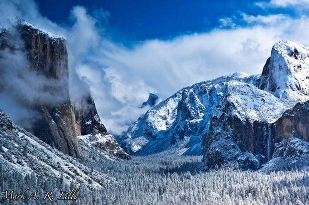 Parcul National Yosemite este locul ideal pentru fotografii de peisagistica de acest fel. Amestecul de zapada, nori si ceata construieste un peisaj de o puritate inghetata.