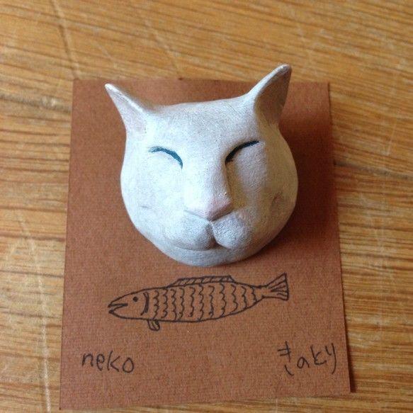 猫のブローチです陶土リキテックス高さ約3cm|ハンドメイド、手作り、手仕事品の通販・販売・購入ならCreema。