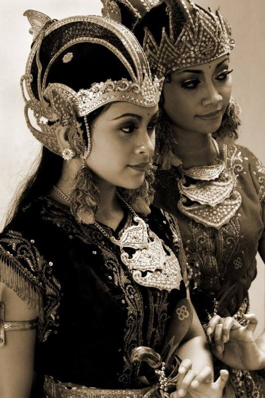 indonesian women in traditional dress
