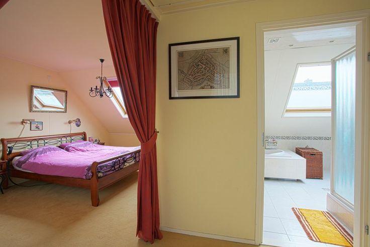 Extra grote slaapkamer boven de garage en praktijkruimte ca. 28m2 met schuifpui naar balkon (14m2).   Vanuit de slaapkamer doorgang naar badkamer 16m2 voorzien van ligbad, aparte douche, dubbele wastafel en 1 keer enkele wastafel. Gehele badkamer voorzien van vloerverwarming.  Daarboven vliering bereikbaar via vlizotrap.