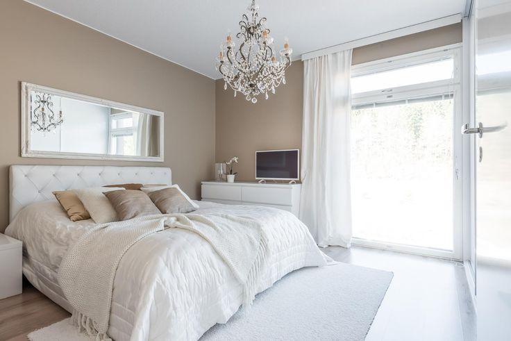 Suuri kattokruunu, koristeellinen peili ja kaunis sisustus kokonaisuudessaan luo makuuhuoneeseen ylellistä tunnelmaa. Suuri ikkuna tuo runsaasti luonnonvaloa huoneeseen.