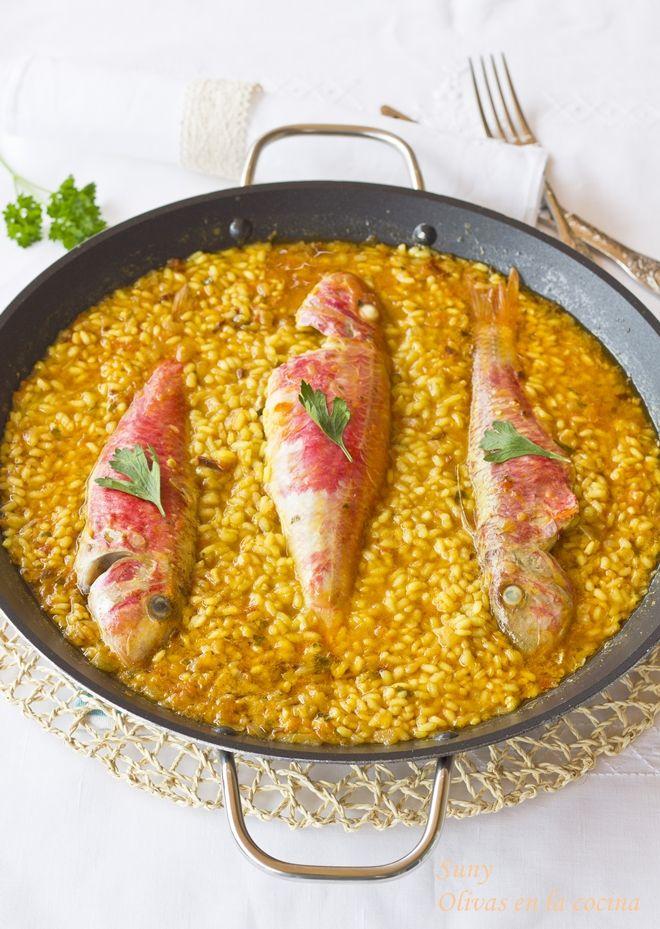 Arroz Con Salmonetes Olivas En La Cocina Arroz Comida étnica Caldo De Pescado