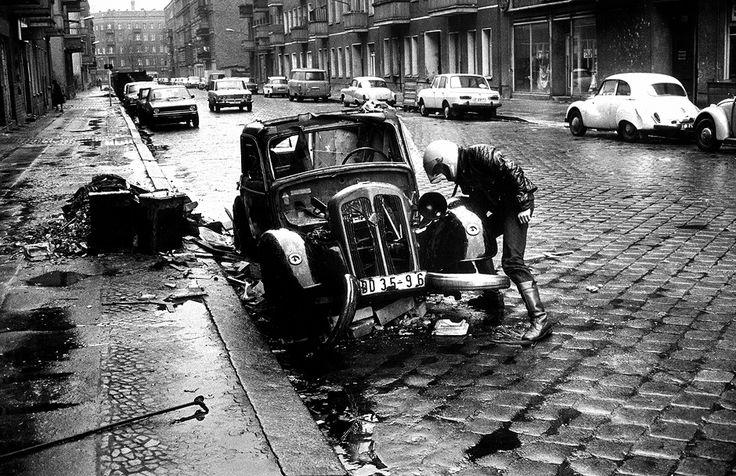 Auch Autos und Ersatzteile sind Mangelware. (Prenzlauer Berg, Schliemannstraße, Berlin, 1981)
