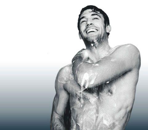 """Niegdyś zadbany i pachnący mężczyzna uważany był za mało męskiego. Na szczęście te czasy już minęły. Dziś mężczyźni dbają o swoje ciało nie tylko ze względów estetycznych, ale także zdrowotnych. Specjalnie dla Was Panowie, w kolejnej """"Lekcji stylu"""" przygotowałyśmy luksusową pielęgnację ciała. http://szkolameskiegostylu.pl/blog/2015/11/lekcja-stylu-dla-panow-luksusowa-pielegnacja-ciala/"""